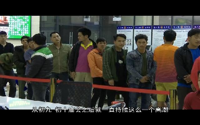 广西凭祥迎来越籍跨境务工人员办证...